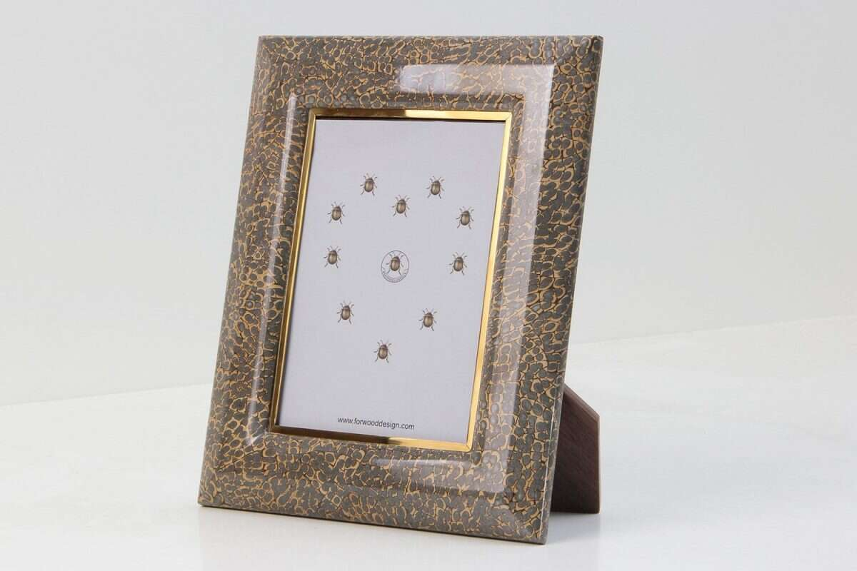 Photo frame in silver faux eggshell.
